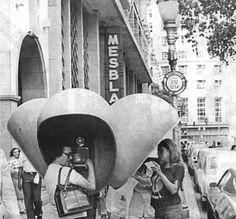 Aliás, lembrando desses telefones públicos, como era difícil, lá pelos anos 60, encontrar um, encontrando-o era preciso ter sorte de conseguir uma linha, além de ser necessário ter uma daquelas fichas da CTB, já que não aceitavam moedas. Eram tempos difíceis!