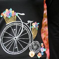 """Jedééém... Veselé, trošku crazy :-) Tičko zn.Orsay černé barvy s výstřihem do """"V"""" bylo smutné... tak jsem ho pomalovala, povyšívala... :-) Tričko má dlouhý rukáv střižený lehce do zvonu. Motiv stříbrného kola a košů s květinkama. Kolo je ručně malované, doplněné korálky, kvítky jsou ručně barvené ze saténu a přišívané spoustou korálků. Velikst S-M, míry: ... Alex And Ani Charms, Stitch, Bracelets, Painting, Accessories, Black, Jewelry, Full Stop, Jewlery"""