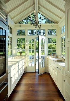 I would stay in this kitchen all day! y salir al jardin