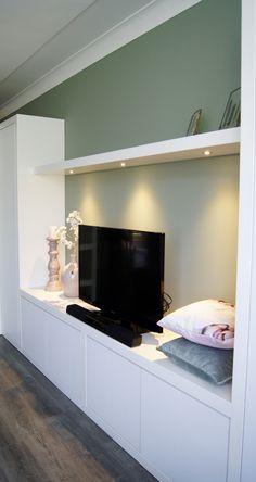 Maatwerk kast of TV meubel, hoe u het ook noemen wil. De kast biedt voldoende bergruimte en heeft tevens fraaie plankjes om uw dierbare herinneringen op te etaleren. De hoekkast fungeert als roomdivider. De ingebouwde spotjes met dimmer zorgen voor een sfeervolle verlichting.