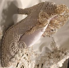 картинка Shabby Chic Pillows, Shabby Chic Crafts, Bling Shoes, Fancy Shoes, Victorian Crafts, Victorian Cottage, Victorian Shoes, Shaby Chic, Shoe Crafts