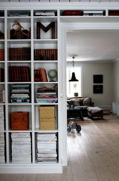 Platsbyggd bokhylla med lister runtom. studio karin: KLASSISK SEKELSKIFTE