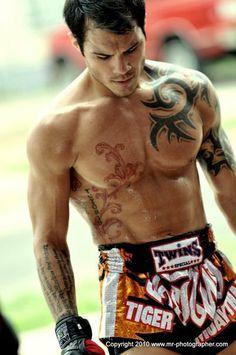 Roger Huerta - coach at Tiger Muay Thai Muay Thai Martial Arts, Mixed Martial Arts, Sumo, Ufc Fighters, Mma Boxing, Combat Sport, Jiu Jitsu, Karate, Boxing