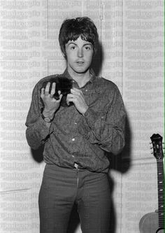 Beatles With Cats ( Paul Mccartney, Celebrities With Cats, Celebs, Beatles Photos, The Beatles, I Love Cats, Crazy Cats, Men With Cats, Image Chat