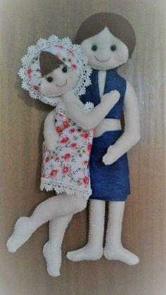 Enfeite de porta de banheiro no Elo7   Mimos da Ciele (D3A667) Diy Home Crafts, Felt Crafts, Fabric Crafts, Bear Felt, Doll Home, Small Apartment Decorating, Diy Doll, Fabric Dolls, Holidays And Events