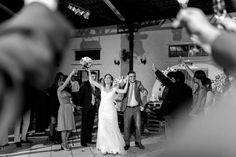 Noivos lindos entrando no salão #casamento #noivos