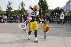 Cute overload! Packers RB DuJuan Harris Escorts Little Girl and Her Pink Bike to Training Camp