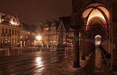 Perspektive: Weit in die Obernstraße hinein schaut man durch den Arkadengang vorm Rathaus.