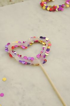 These DIY confetti skewers are the easiest to make and cutest party DIY idea for a cake topper, doughnut or fruit skewers or just to add any kind of personalized party decorations. Diy Resin Crafts, Diy Crafts For Kids, Arts And Crafts, Design Blog, Paper Party Decorations, Diy Confetti, Diy Bebe, Party Kit, Party Ideas