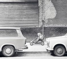 Frühjahrsputz am Trabbi in Ostberlin Alexanderstrasse1979 ...