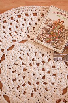 crochet with zpagetti/trapillo Crochet Doily Rug, Crochet Carpet, Crochet Round, Crochet Home, Crochet Patterns, Knit Crochet, Knit Rug, Rug Inspiration, Crochet Videos