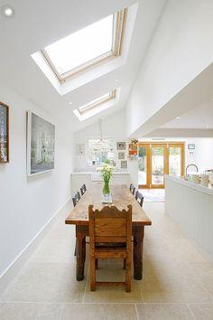 0-jolie-cuisine-blanche-avec-fenêtre-de-toit-velux-plafond-et-murs-blancs.jpg (700×1050)