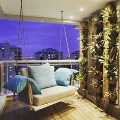 Nada como ter um balanço suspenso na varanda da sua própria casa!!   O jardim vertical finaliza a decoração!!  É uma maneira simples de sair do comum ✏ Por BC Arquitetos  #balançosuspenso #balanco #jardimvertical #paredeverde #paisagismo #deck #deckmadeira #varanda #apartament #instahome #instagood #architecture #arquitetura #interiores #interiordesign #design @leticiaborges.Arq  @leticiaborges_arquiteta