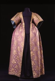 Female overskirt from 1630, violet damask italian silk.