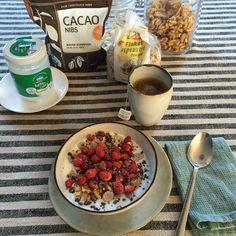 primero, lleno con kéfir un poco más de la mitad mi bol de desayuno. Le añado cereales de espelta sin azúcar, nueces troceadas, un par de cucharadas soperas de cacao nibs y frutos rojos, en este caso las sabrosísimas fresitas del bosque.