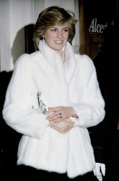 December Princess Diana and Prince Charles attend the Friends of Covent Garden Christmas Party, London. Diana wearing a white fake fur jacket. Princess Diana Fashion, Princess Diana Family, Royal Princess, Prince And Princess, Princess Of Wales, Princesa Diana, Princesa Real, Lady Diana Spencer, Kate Middleton