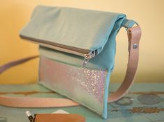 DIY-Anleitung: Irisierende Fold Over aus Leder nähen / free sewing pattern for a fold over clutch via DaWanda.com