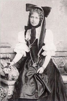 Marie of Romania usually had some sort of weird contraption on her head. Mary I, Queen Mary, King Queen, Princess Alexandra, Princess Beatrice, Princess Victoria, Queen Victoria, Michael I Of Romania, Romanian Royal Family