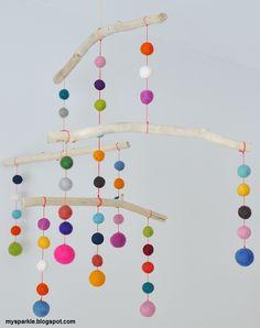 DIY Móvil para la habitación del bebé con bolitas de fieltro #decoración #decoracióninfantil