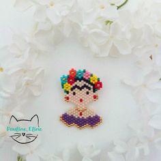Une nouvelle version de ma Frida, avec plus de fleurs et une robe violette. Ce n'est pas une couleur que j'utilise beaucoup, mais pourquoi pas de temps en temps? #jenfiledesperlesetjassume #miyukibeads #miyuki #perleaddict #perlesmiyuki #fridakahlo #frida #fleur #violet #purple #flowers #brickstitch #motifpauline_eline Seed Bead Earrings, Beaded Earrings, Seed Beads, Diy Necklace, Crochet Necklace, Bead Crafts, Arts And Crafts, Miyuki Beads, Perler Patterns