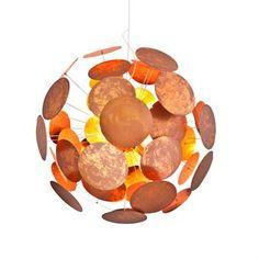 Planet taklampa från By Rydéns är en stor, maffig takpendel som gör sig utmärkt över matsalsbordet eller soffbordet. Den har en helt unik design inspirerad av rymden där de små plattorna speglar planeter i ett solsystem. Lampan har sex stycken ljuskällor och ljuset reflekteras snyggt mot de många plattorna. Perfekt för dig som önskar en lampa som sticker ut!