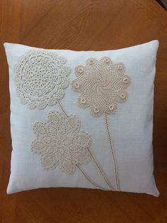 Linen pillow cover with vintage doilies by SewingMyStitchInTime Funda de almohada de lino con tapetes vintage de SewingMyStitchInTime Crochet Cushions, Sewing Pillows, Diy Pillows, Linen Pillows, Throw Pillows, Boho Pillows, Shabby Chic Pillows, Pillow Fabric, Decor Pillows