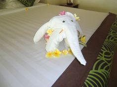 2018年7月9日(月)バリ島ウブドのお天気は晴れ。室内温度26.6℃、湿度72%。ホテルのベットにチョコンと置いてあった象さんのタオルアート!なんだか嬉しくなっちゃいますね♪ #今日も良い日になりますように #バリ島 #ウブド #ホテル #タオルアート #プルメリア #象 #おもてなし