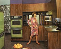 Retro Vintage This is great to see how our kitchens have changed over the years! 100 Years in the Kitchen: A Century of Kitchen Color Trends — 100 Years in the Kitchen - What color was popular the decade you were born? Popular Kitchen Colors, Kitchen Color Trends, Popular Colors, 1960s Kitchen, Vintage Kitchen, Retro Kitchens, Yellow Kitchens, Vintage Decor, Retro Vintage