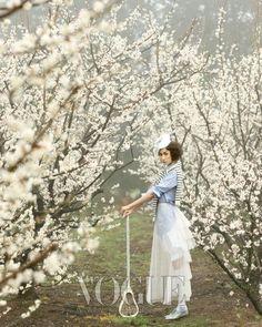 활짝 핀 매화나무 아래에서의 조우 :: VOGUE KOREA
