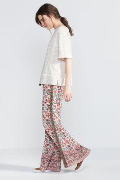 Pantalón ancho fluido con cinturilla ajustable, estampado floral y apliqué de lentejuelas.