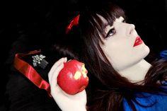 Snow white with skull apple photomanipulation on Photoshop #photography #disney #snowwhite   Olivia Rovere Graphiste Print Web & Motion - Portfolio