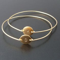 Personalized Bangle Bracelet Gold Initial Bangle por FrostedWillow