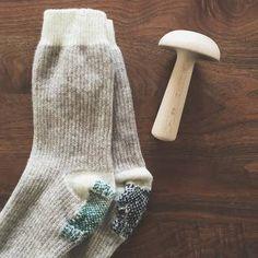 こちらも見ているだけで、思わずほっこりしてしまう可愛い靴下♪片方ずつ違う色の糸を使うアイディアも、さっそく真似したくなりますよね。自分好みの色や形にできるのも、装飾ダーニングならではの魅力!