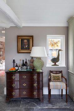 Estilo clásico y vigas de madera en una casa a la que no le falta nada.