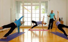 Diese Yogastunde für Männer und Frauen ist herausfordernd, kräftigt nicht nur Arme, Schultern und Bauch, sondern auch das Selbstbewusstsein.