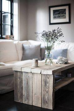 """Ta med blomstene inn. Det gjør helt klart noe med stemningen. Putt dine favorittblomster i et Norgesglass og sett det på bordet. Kontrasten til det """"grøve"""" bordet fungerer utrolig bra. (Av Karianne Hovet og Trond Rune Nilsen)"""
