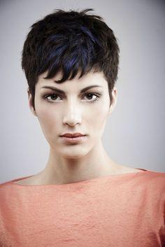 Zwart haar met blauwe hoogtepunten: Pixie Kapsels voor Lang Gezicht