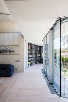 Four interconnected geometric volumes contain the living spaces of this house, which incorporates circulation spaces and voids for displaying art