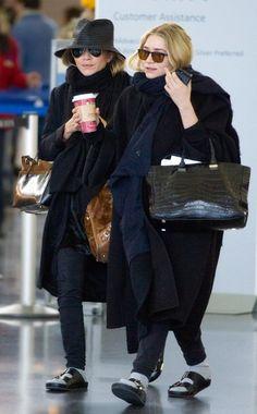 Mary-Kate und Ashley Olsen: Die Designer-Twins tragen am Airport in New York schwarze Birkenstocks mit Socken.