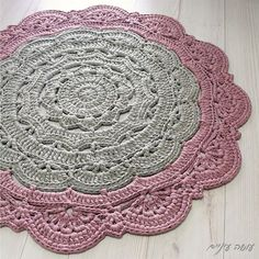 The Large Snorka crochet doily rug pattern is designed for crocheting with t-shirt yarn (though it can also be done with cotton yarn, and turn out as a doily rather then a rug…). Crochet Doily Rug, Crochet Carpet, Crochet Stitches Patterns, Crochet Round, Crochet Home, Tapete Doily, Mandala Rug, Knit Rug, Crochet Projects