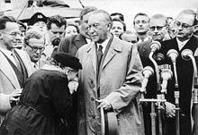 Mutter eines Kriegsgefangenen bedankt sich bei Konrad Adenauer nach dessen Rückkehr aus Moskau, 14. September 1955