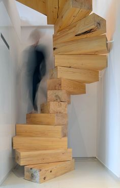 Escalier tournant en bois massif - rustique et design à la fois Wooden staircase in Split Flat by QC