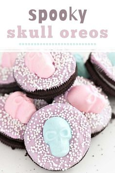 Spooky Skull Oreos are Halloween Oreos that are so easy to make! You'll just Oreos, melting chocolates and candies. So if you are looking for a last minute themed dessert – these are for you! Happy Halloween, Halloween Oreos, Halloween School Treats, Halloween Baking, Halloween Treat Bags, Halloween Desserts, Halloween Cookies, Halloween Skull, Homemade Desserts