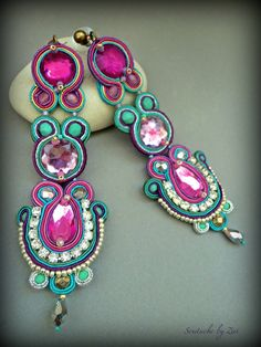 El Rinconcito de Zivi: Pendientes soutache, pendientes flamenca, complementos… Purple Earrings, Gemstone Earrings, Beaded Earrings, Earrings Handmade, I Love Jewelry, Statement Jewelry, Women Jewelry, Jewelry Making, Unique Jewelry