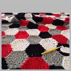 maRRose - CCC: hexagon blanket in black. grey, white and red Hexagon Crochet Pattern, Crochet Blanket Patterns, Baby Blanket Crochet, Crochet Afghans, Crochet Blankets, Crochet Granny, Knitting Patterns, Yarn Projects, Crochet Projects