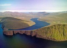 Le Sørvágsvatn est situé sur l'île de Vagar et est le plus grand lac des Îles Féroé avec une taille de 3,4km². Son nom veut dire «Le lac à coté de Sørvágur», une municipalité sur ses berges. Une de ses particularité est de n'être séparé de l'océan Atlantique et de ses vagues touts proches que …