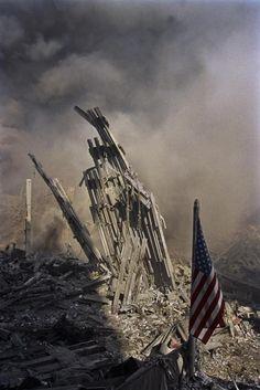 James Nachtwey : ses photos stupéfiantes et non publiées du 11 septembre James Nachtwey, We Will Never Forget, Lest We Forget, World Trade Center, Trade Centre, Us History, American History, Grandes Photos, Amor Animal