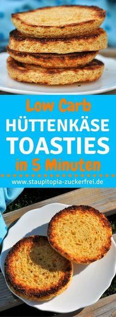Low Carb Hüttenkäse Toasties in weniger als 5 Minuten zubereiten und in weniger als 5 Minuten backen: Diese Low Carb Hüttenkäse Toasties sind nicht nur besonders leckeres Low Carb Brot, sondern sie sind zudem auch noch super schnell zubereitet, gesund und genau das richtige für ein köstliches Low Carb Frühstück oder eine Brotzeit am Abend. Du kannst sie entweder in der Mikrowelle oder im Ofen backen und wirst garantiert auch in Zukunft viel Freude an diesem Rezept haben. #lowcarb #brot
