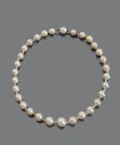 COLLIER de trente perles fines en chute, scandées de viroles facettées en cristal de roche, fermoir serti dans une perle. Diamètre des perles: de 8 à 11,2 mm environ Longueur: 36 cm environ Poids brut:… - Pierre Bergé & associés - 18/11/2015
