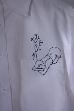 Chemise femme coupe droite, poche plaquée à la poitrine gauche et col classique.  La broderie est réalisée à la main avec un point arrière et un fil